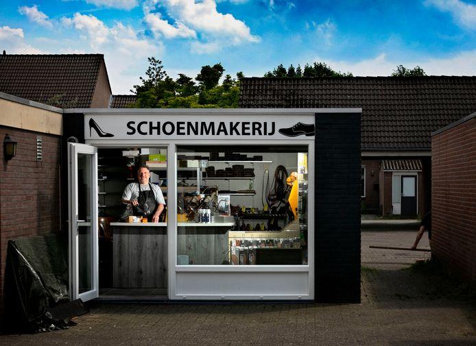 Jos Heinemans in zijn schoenmakerij.