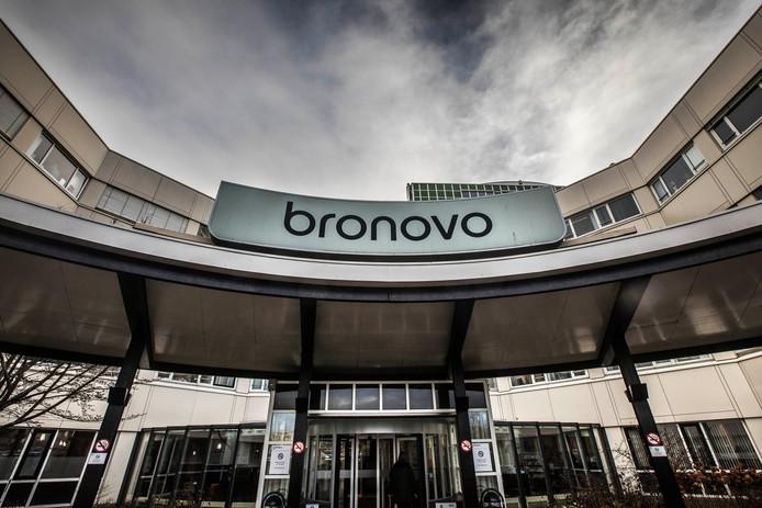 Donkere wolken boven het Bronovo ziekenhuis.