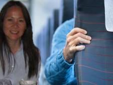 Vrouw door kind in vliegtuig bont en blauw getrapt, crew weigert in te grijpen