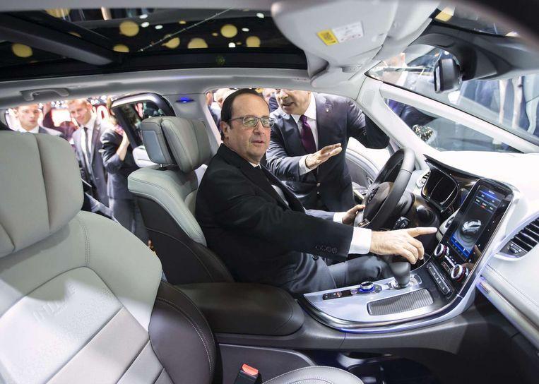 De Franse president Hollande zit in een Renault Espace op een autobeurs in Parijs. Beeld afp