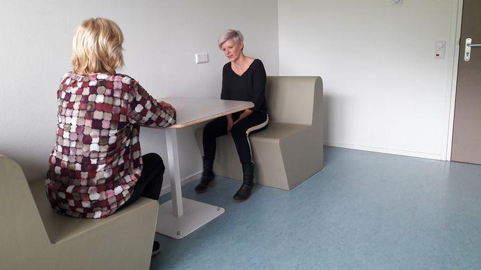 De spoedeisende psychiatrische onderzoeks ruimte, spor, van GGZ WNB in Halsteren. Daar worden mensen die in psychische crisis zijn, beoordeeld door een psychiater en sociaal psychiatrisch verpleegkundige. Op de foto José van Goch, manager crisisdienst.