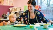Leerlingen eerste en tweede leerjaar bakken pannenkoeken voor goede doel
