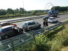 Twee mensen gewond door aanrijding tussen drie auto's Midden-Brabantweg