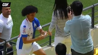 VIDEO. Voetballer scoort en sprint vervolgens naar de tribune om zijn vriendin ten huwelijk te vragen