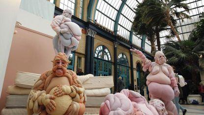 Artiest ontwerpt 'vleespakken' om aan te tonen dat er geen ideaal lichaamsbeeld is