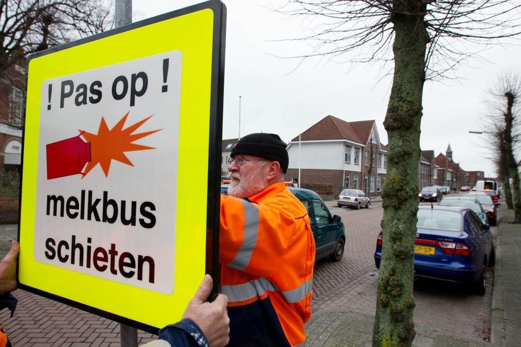 Pas op melkbus schieten. Het waarschuwingsbord voor de rondvliegende deksels voor bij het carbid schieten in Kampen. foto Freddy Schinkel