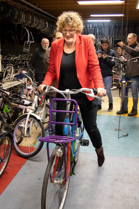 Kleurrijke fiets maakt stichting Leergeld zichtbaar in Laarbeek