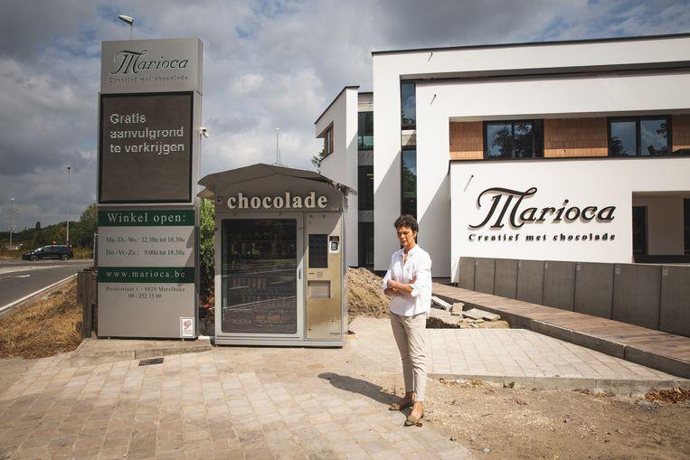 Anne Coppieters aan haar zoete zaak, naast de verkeerswisselaar in Merelbeke.