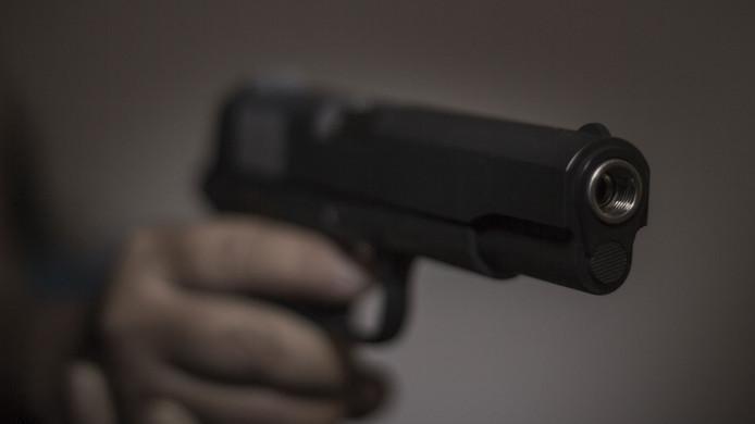 Een man loopt over straat met een vuurwapen in Bergen op Zoom.