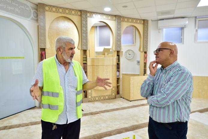 Rachid Karkache (rechts) in gesprek met Ahmed el Hilali, voorzitter van moskee El Fath in Gouda.