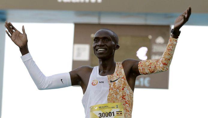 Joshua Chipatgei is dolblij met zijn wereldrecord.