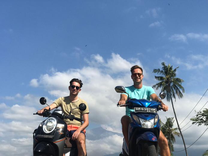 Paul en Erik bij vulkaan Rinjani op Lombok, een dag voor de eerste aardbeving.