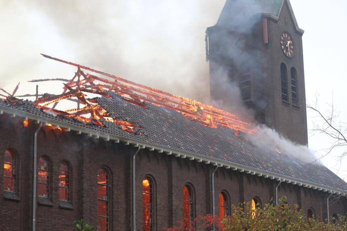 De brandende rooms-katholieke kerk in Hoogmade.