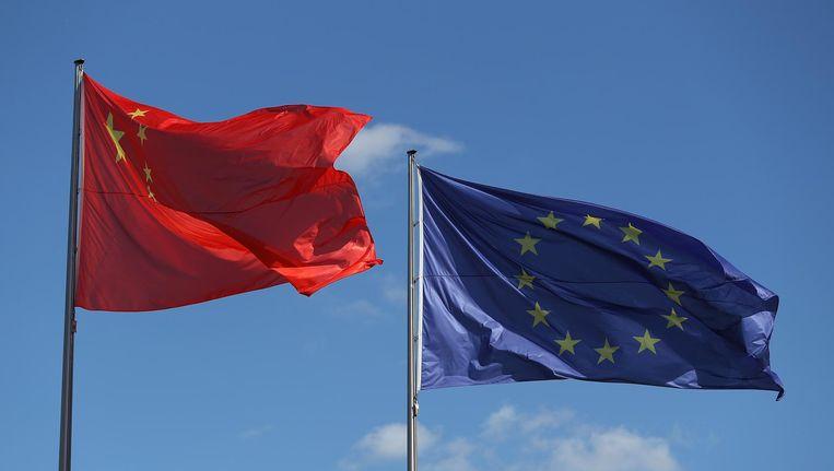De Chinese en EU-vlag wapperen samen in Brussel bij het begin van het topoverleg van de twee machten. Beeld getty