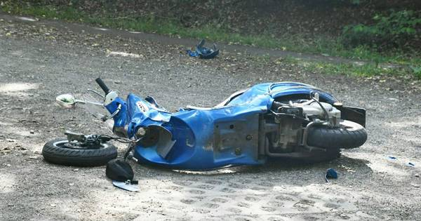 Twee gewonden bij ongeluk met scooter in Enschede, weg tijdelijk dicht.