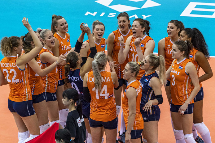 De Nederlandse volleybalsters op het WK in Japan een jaar geleden, na het winnen van de wedstrijd tegen Servië.