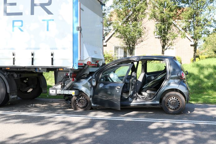 Op de Schokkerringweg in Nagele is een personenauto achterop een vrachtwagen gereden.