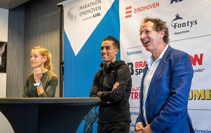 Koersdirecteur Marc Corstjens van marathon Eindhoven, Khalid Choukoud naast hem en daar weer naast Kim Dillen, die in de vrouwenwedstrijd voor de winst gaat.