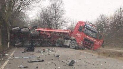 Vrachtwagen met 30 ton kiezel kantelt na botsing in As