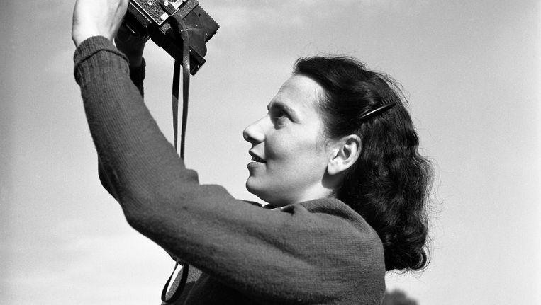 Maria Austria met haar camera, 1946 Beeld Henk Jonker