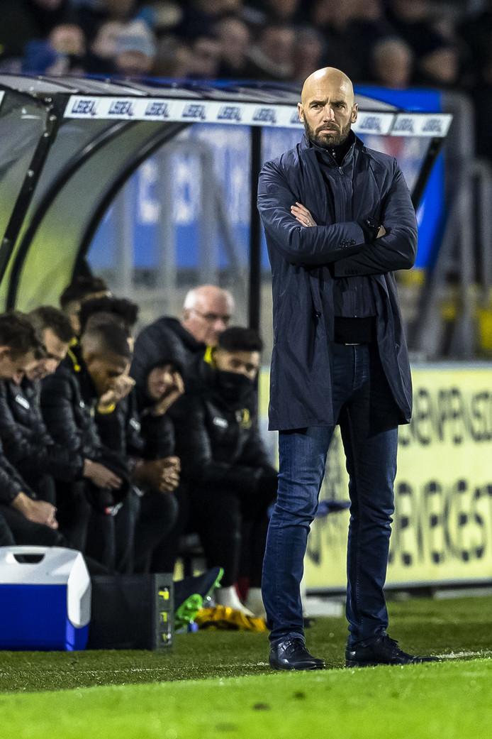 Mitchell van der Gaag observeert tijdens NAC - Vitesse.