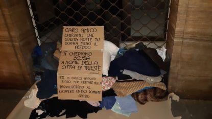 """Inwoners van Italiaanse stad zeggen collectief """"sorry"""" nadat burgemeester kleren weggooit van dakloze in vrieskou"""