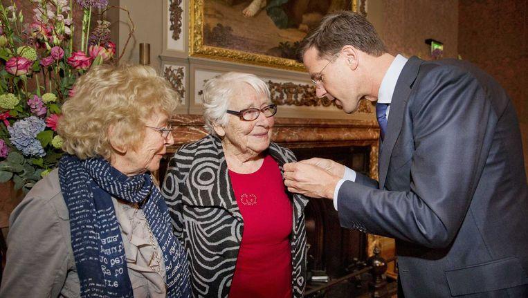 De ontslapen verzetsheldin krijgt van premier Rutte een onderscheiding opgespeld. Beeld anp