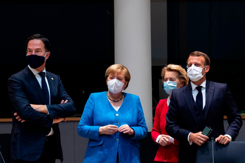 Premier Rutte, de Duitse bondskanselier Merkel, voorzitter Von der Leyen van de Europese Commissie en de Franse president Macron bijeen in juli tijdens het meerdaagse overleg in Brussel van de EU-leiders over het Europees herstelfonds voor lidstaten die zwaar getroffen zijn door de coronacrisis.