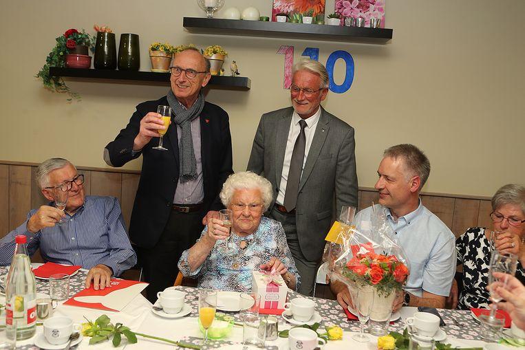 Ook burgemeester Frank Boogaerts en schepen van Burgerlijke Stand Rik Pets kwamen de jarige feliciteren.
