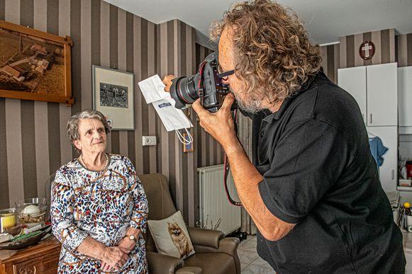 Fotograaf Norbert Maes terwijl hij Cecile Baekelandt aan het fotograferen is.