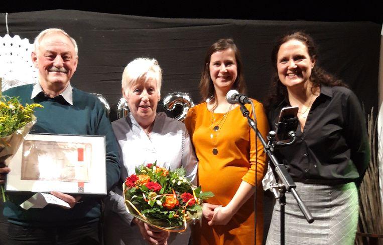 Heemkring Molengalm wint de cultuurprijs. V.l.n.r: voorzitter Heemkring Molengalm Swa Elseviers, Ingrid Peeters van 't Familietheatertje, cultuurschepen Liesbeth Bardyn en voorzitster van de cultuurraad van Stabroek Wendy Van Egdom.