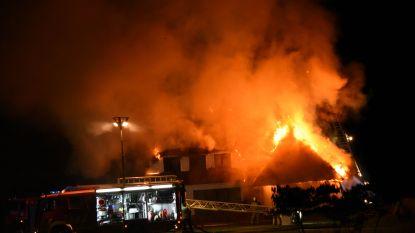 Nietsvermoedend gezin net op tijd uit brandende villa gehaald