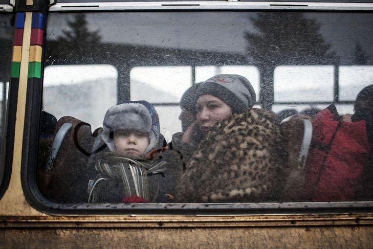 Vluchtelingen uit Debaltseve worden met bussen richting het veiliger noorden gebracht. Beeld AFP