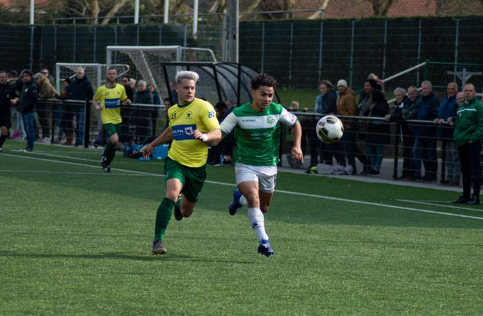 Dylan Zwartjes (links) van Groene Ster en Mustafa Mohammad (rechts) van Baronie in duel om de bal.