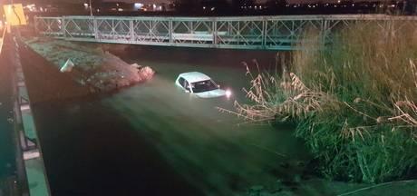 Auto te water die tijdelijke brug mist