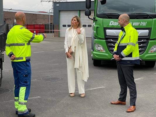 Koningin Máxima tijdens een werkbezoek aan de milieustraat van Dar in Nijmegen.
