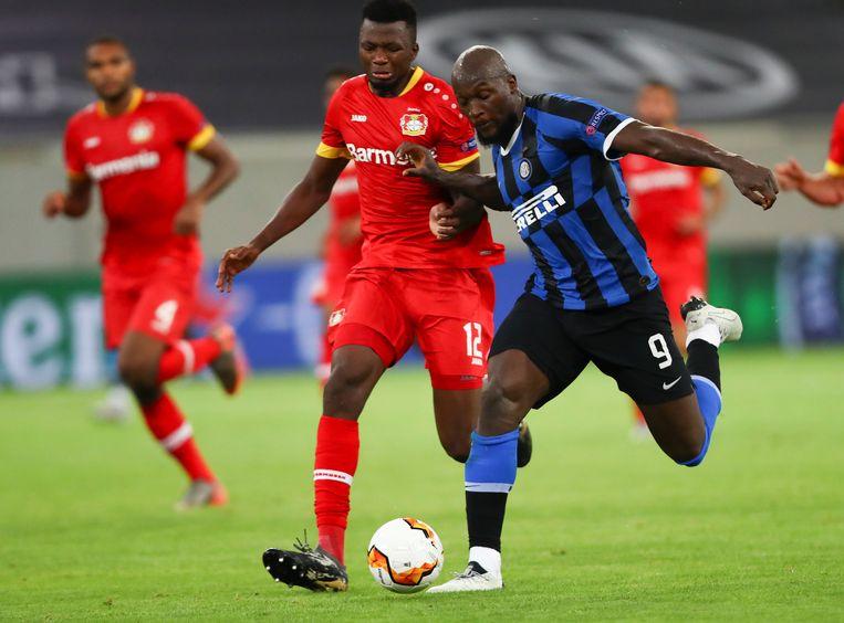 Lukaku eens te meer sterker en sneller dan zijn bewaker Tapsoba.