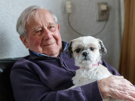 Toon (97) gaat eenzaamheid te lijf met asielhondje Mila