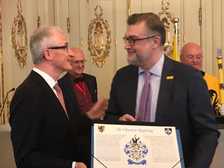 Peter De Wilde kreeg zijn wapenschild uit handen van Vlaams minister-president Geert Bourgeois.
