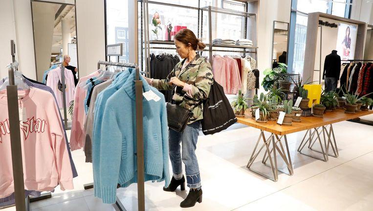 Consumenten nemen op de openingsdag een kijkje in de vestiging van Hudson's Bay aan het Rokin in Amsterdam. Beeld ANP