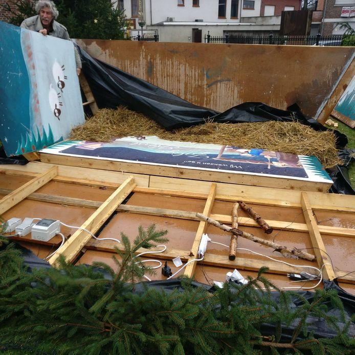 De kerststal van de KWB overleefde de stormwind niet.
