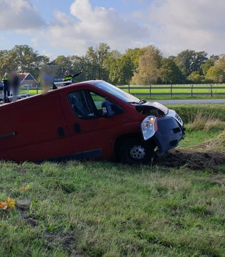 Auto en busje in de sloot na aanrijding in Losser, vrouw gewond