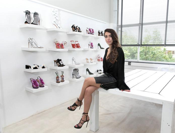 Zeynep Dağ in haar werkruimte op bedrijventerrein De Hurk.