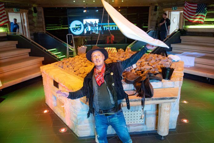 Opgieter Ruud van den Bosch wappert na zijn show nog één keer met zijn handdoek.