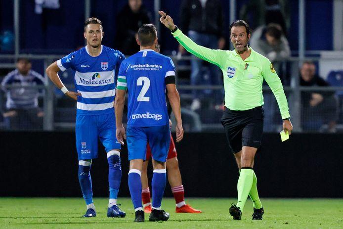 PEC Zwolle-aanvoerder Bram van Polen (midden) heeft het in de eerste wedstrijd tegen Feyenoord aan de stok met arbiter Bas Nijhuis en krijgt geel.