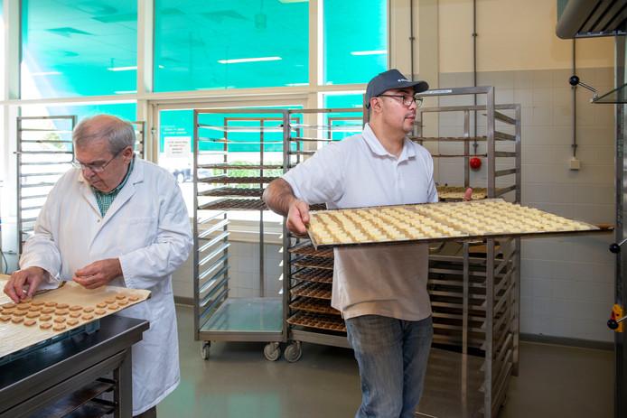 De 42-jarige Tuncay (rechts) uit Wageningen werkt bij De Koekfabriek.
