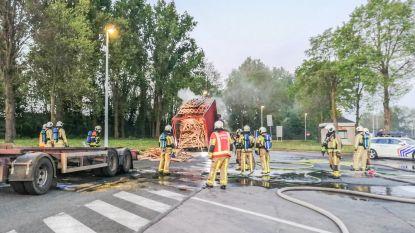 Brandweer blust brandende vrachtwagen op parking E17 in Kruishoutem
