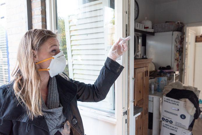 Nadette Beving durft haar huurwoning in Hoevelaken vanwege de schimmels en dampen niet zonder mondkapje te betreden.