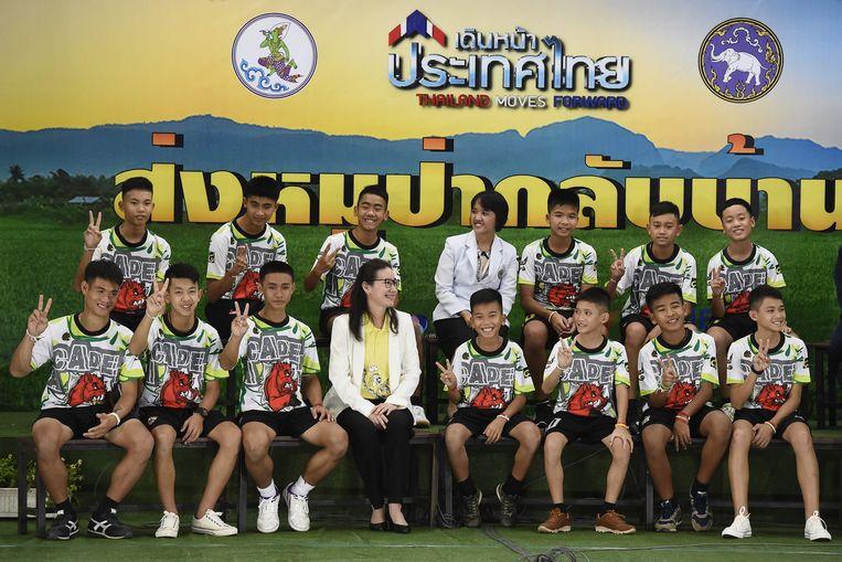 De geredde voetballers en hun coach tijdens de persconferentie.