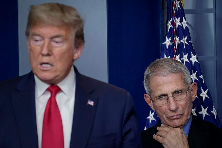 Immunoloog Anthony Fauci staat Trump bij tijdens zijn persconferenties, maar zijn optimisme delen doet hij niet. Beeld Getty Images
